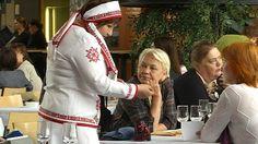 Lahdessa kokoontuva suomalais-ugrilaisten kansojen seitsemäs maailmankongressi sai rinnalleen myös varjotapahtuman. Se toi esille aiheita, joista virallisessa kokouksessa vaietaan, vaikka uhka pienten kielten katoamisesta huoletti molemmissa. Virallisen maailmankongressin tulokset ovat selvillä päättymispäivänä perjantaina.