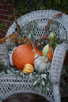 Charming vignette for your fall/autumn wedding or dinner party. White wicker chair filled with pumpkins and gourds. Thanksgiving Decorations, Seasonal Decor, Holiday Decor, Autumn Decorating, Porch Decorating, Outdoor Halloween, Fall Halloween, Halloween Ideas, Deco Champetre