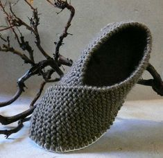 Pantoffel ganz einfach selber stricken – HANDMADE Kultur Thick knitted slippers keep your feet warm on cold winter days. Baby Knitting Patterns, Crochet Patterns, Simply Knitting, Free Knitting, Kids Knitting, Knitting Charts, Knitting Projects, Crochet Baby, Free Crochet