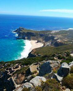 Cape Point é o nome daquela última porção no final do continente africano (aquela pontinha do mapa) que fica em Cape Town na África do Sul. E é justamente lá que está a @allinedauroiz nossa editora de lifestyle que embarcou numa maratona de voluntariado de uma semana na cidade com a @stb_brasil. Como os projetos só têm início na segunda-feira ela está aproveitando pra conhecer a cidade. Pra subir a Cape Point um dos mais famosos pontos turísticos da África há 2 maneiras: a pé (são mais de 20…