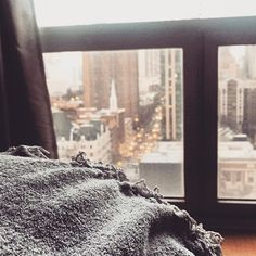 As much as I miss the sun, I'm kind of loving these dark and cozy evenings. #cityapartment #cozyapartment #cityview #chicagoapartment #blanket #apartmenttherapy #cozyhome #chicago #sweethomechicago #bedroom #citybedroom #cozyspace  #Regram via @BqObrFKgbfi