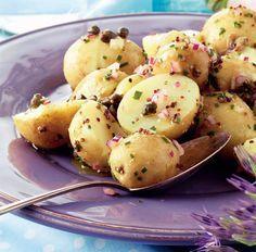 Trænger du til inspiration til din sædvanlige kolde kartoffelsalat? Kapers, rødløg og sennepsdressing giver denne kolde kartoffelsalat et krydret præg.