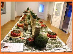 Tafel schikking, taartjes, ballen etc, gemaakt door leerlingen van de cursus bloemschikken bij Anne Huttener.
