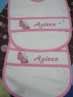 PATRONES (BABEROS) (pág. 23) | Aprender manualidades es facilisimo.com Cross Stitch Baby, Welcome Baby, Baby Love, Diy And Crafts, Creations, Winnie The Pooh, Embroidery, Crochet, Baby Girls