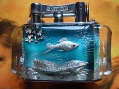 Dunhill Aquarium half giant lighter deep blue wih fishes and seaweeds - anni 50. Disegnato e dipinto a mano da Ben Shillingford.  Non esiste uno uguale all'altro