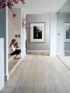 couloir et escalier en bois clair, idee deco salon en bois clair, couloir minimaliste style scandinave