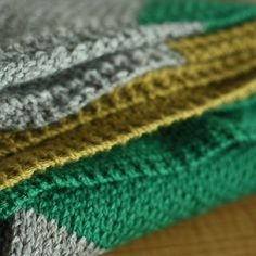 Tri-color blanket is easy to knit and the pattern is free!