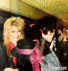 ⭐️anne rimiの Off Shot gallery Part 6⭐️ * 前回と同じ日、 「Monroeちゃん、Sam、Razzle、談笑する」の図♪ 黒い帽子の後ろ姿がラズルです。 なにかひょうきんな感じ♪ * ガラス越しに撮っていてピントが合っていないのがザンネンなのですが、 ラズルがふざけてモンローちゃんとサムを笑わせてるところ。 * 音楽雑誌の記事の受け売りですが、 ラズルはハノイの中で、潤滑油的な存在だったようですね。 モンローちゃんとアンディは結構ぶつかることも多く、 そんな時 ラズルが間に入って収まるという感じだったそう。 実際ラズルが亡くなったあと、 ハノイは解散してしまいましたね * 私 この日にラズルに握手をしてもらったのですが、 駱駝のような( 褒めてるんですよ!(*'▽'*)) やさしい表情で、 大きな手の人でした。 他のファンの人が撮った写真を見ても、 やっぱり駱駝みたいな( しつこいですが褒めてます ) 穏やかな笑みを浮かべてました。 誰に対してもそういう人なんでしょうね。 * 後ろ姿なので、 この時ラズルがどんな顔でモン...