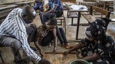 En Gambia votan con canicas