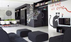 Dwójka młodych architektów zaprojektowała aranżację apartamentu przy użyciu jedynie dwóch kolorów – czerni i bieli. Dzięki temu mieszkanie wydaje się większe niż w rzeczywistości, a przy tym urzeka swobodą i lekkością. http://sztuka-wnetrza.pl/1459/artykul/aranzacja-mieszkania-w-czerni-i-bieli