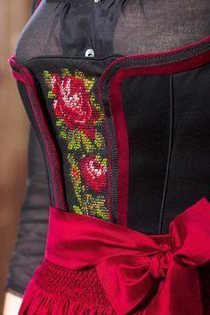 #Farbbberatung #Stilberatung #Farbenreich mit www.farben-reich.com dirndl detail Oktoberfest Outfit, Spieth Und Wensky, Folk Fashion, Womens Fashion, German Costume, Dirndl Dress, Folk Costume, Costumes, Vestidos Vintage