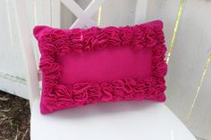 This is a technique of ruffling using felt.love the way this looks, so full and lush! Diy Pillows, Couch Pillows, Decorative Pillows, Throw Pillows, Pillow Ideas, Cushions, Felt Diy, Felt Crafts, Fabric Crafts