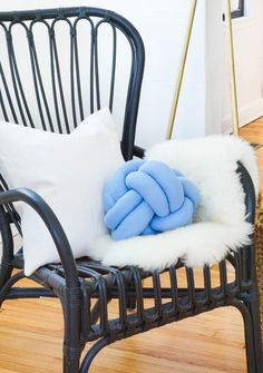 step by step tutorial instructions for How To Make A DIY Knot Pillow for a pop of home decor color! Knot Cushion, Knot Pillow, Baby Pillows, Sofa Pillows, Throw Pillows, Cushions, Monkey Knot, Pillow Crafts, Pillow Tutorial