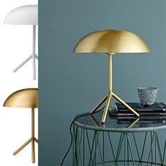 Bloomingville Bordlampe Trefot Børstet Gull - Bordlampe med spennende design fra Bloomingville. Lampen kommer i børstet gull eller hvit utførelse med en tredelt fot.