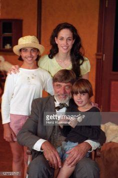 News Photo : Casual portrait of <b>Joe</b> <b>Namath</b> with <b>wife</b> Tatiana. Joe Namath, Broadway, Football, Portrait, News, Children, Casual, Sports, Check