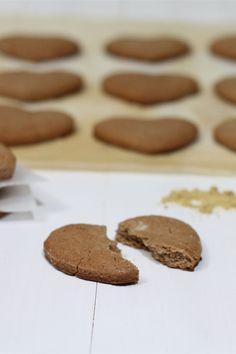 I biscotti allo zenzero sono dei biscotti tradizionali britannici, croccanti dal sapore forte e pungete un pò piccante caratteristico dello zenzero. I biscotti allo zenzero sono realizzati con un semplice impasto alla quale viene aggiunto zenzero secco in polvere, particolarmente preparati nel periodo natalizio. Con questo impasto per biscotti potete creare delle meravigliose casette di zenzero per i vostri bambini.