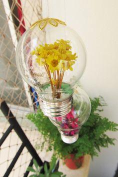 Veja como criar uma lâmpada com flores linda para a decoração da sua casa. O passo a passo é simples e o resultado encantador. Confira!