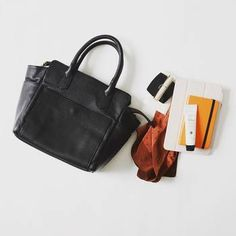 まずは必要なものだけを持ち歩いているか見直しましょう。使わないものまで入ってしまってる、なんていう方も多いのではないでしょうか。1日の生活を思い返して「本当に使うもの」をしっかりと把握しましょう。 What In My Bag, What's In Your Bag, What's In My Purse, You Bag, My Bags, Purses, Bag Tag, 2way, Shoes