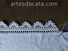 Bico em croche carreira unica | Artes da Cata Crochet Borders, Crochet Lace, Crochet Patterns, Chrochet, Wedding Favors, Needlework, Diy And Crafts, Embroidery, Sewing