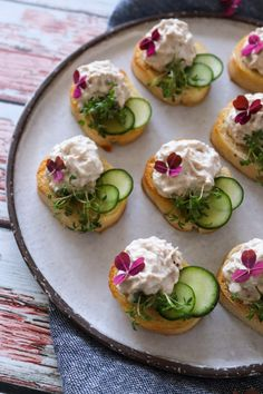 Easy Snaps With Tuna Mousse And Cucumber – Delicious Snack Vegan Appetizers, Appetizer Recipes, Appetizers For Party, Yummy Snacks, Healthy Snacks, Yummy Food, Healthy Eating, Appetisers, Food Design