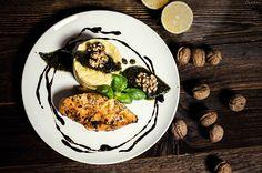Festlicher Hauptgang für Weihnachten und Silvester mit glasiertem Balsamico-Honig-Huhn, feiner Polenta und hausgemachtem Kräuterpesto mit Walnüssen.