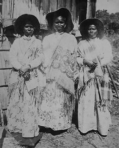 Vintage image of Betsimisarka women from  Madagascar, Africa. Travel to Madagascar with ISLAND CONTINENT TOURS DMC. A member of GONDWANA DMCs, your network of boutique Destination Management Companies for travel across the globe - www.gondwana-dmcs.net