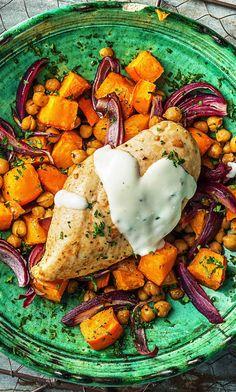 Rezept: Würziges Ofen Harissa Hähnchen mit Süßkartoffel Kichererbsen Gemüse und Joghurt Kochen / Essen / Ernährung / Lecker / Kochbox / Zutaten / Gesund / Schnell / Frühling / Einfach / DIY / Küche / Gericht / Blog / Leicht / selber machen / backen / 30 Minuten / Geflügel / Afrikanisch / Glutenfrei #hellofreshde #kochen #essen #zubereiten #zutaten #diy #rezept #kochbox #ernährung #lecker #gesund #leicht #schnell #frühling #einfach #küche #gericht #trend #blog #selbermachen #backen #harissa