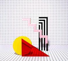 Álvaro Peñalta est un directeur artistique basé à Barcelone, Espagne. Il aime les années 80, le Technicolor et les néons. Sa série Point est un projet de set design personnel, de créations géométriques faites mains. Cette série colorée est non sans rappeler l'univers du Memphis, très pop et coloré. Un travail en collaboration avec Natxo Ramón & Mariano Bascuñana.