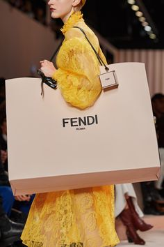 Fendi Fall 2020 Ready-to-Wear Fashion Show Details: See detail photos for Fendi Fall 2020 Ready-to-Wear collection. Look 132 Boho Fashion, Fashion Show, Autumn Fashion, Milan Fashion, High Fashion, Vogue Paris, Fendi Peekaboo Bag, Runway Magazine, Lipstick Case