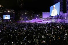 El Papa Francisco es visto en una pantalla gigante cunado se dirige a miles de peregrinos de todo el mundo que se han dado cita en la playa de Copacabana, en Río de Janeiro. (AP)