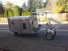 Wow bicycle/camper quite. Got to give it to the builder they had a vision and then brought to life. Mini Camper, Popup Camper, Bike Trailer, Camper Trailers, Cool Campers, Micro Campers, Living On The Road, Camping, Cars