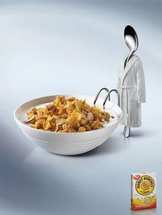 Utilizan el cuenco lleno de cereales junto con la cuchara, que lleva un albornoz, representando que se va a meter en el cuenco para un baño relajante