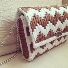 Blanco y camel, una combinación perfecta. #MacadamiaRepublic #trapillo #handbag #hechoamano #handmade Plastic Canvas Stitches, Plastic Canvas Crafts, Plastic Canvas Patterns, Crochet Bag Tutorials, Diy Crochet, Canvas Purse, Frame Bag, Purse Patterns, Crochet Purses