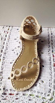 Mooi geborduurde sandaal