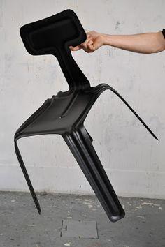 Una hoja de aluminio de un metro cuadrado con 2.5mm de espesor se vuelven una silla simple y elegante. El diseñador Harry Thaler creó esta silla que aparte de utilizar el mínimo material, puede ser apilada y es tan ligera que puede ser levantada con un dedo.