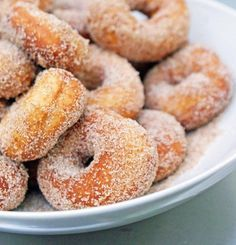 Recipe For Homemade Mini Donuts - If you're looking for something unique to serve at a party, this is it. One batch of dough will make dozens of mini donuts. Beignets, Classic Doughnut Recipe, Mini Donut Recipes, Bon Dessert, Dessert Recipes, Breakfast Recipes, Beignet Nature, Hanukkah Food, Snacks