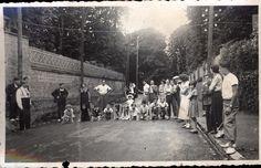 Snapshot rue top départ course enfants drapeaux village animée vers 1920-1930