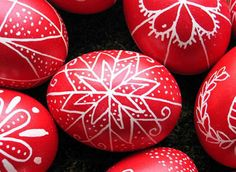 Yes, you can really make traditional Hungarian Easter eggs at home without purchasing a special tool! This link provides detailed instructions on how to make your own tool for melting and applying the beeswax designs. Happy Easter, Easter Bunny, Easter Food, Easter Egg Pattern, Easter Egg Designs, Ukrainian Easter Eggs, Diy Ostern, Arts And Crafts, Diy Crafts