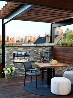 Metal I beams for pergola base is perfect! A steel and wood pergola is pitch perfect for this urban setting. Overlooking the Chicago skyline, the contemporary rooftop deck blends clean lines with rustic and industrial elements. Roof Terrace Design, Balcony Design, Patio Design, Rooftop Patio, Patio Roof, Roof Balcony, Outdoor Balcony, Outdoor Rooms, Outdoor Living