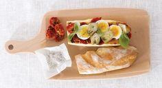 Pan italiano con huevo y tomatitos asados