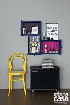 Faça você mesmo: arranjos de parede com gavetas antigas  Você vai precisar de:   gavetas de madeira; tecidos adesivos (Flor rosa, Flor preta e Poá preto, da Flok - Santa Composição, R$ 28* o rolo de 1 m); fundo preparador à base de água; tinta esmalte Azul Cobalto (ref. R346, da Suvinil); lixa para madeira nº 240; régua; lápis; tesoura; estilete e rolo de espuma.