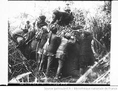 Chasse de George V, sur l'éléphant agenouillé on hisse un des fauves abattus : [photographie de presse] / [Agence Rol] - 1