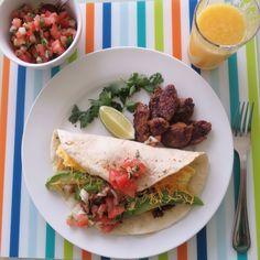 Today's Blackfast- Mexican Omelette with spicy sausage. 멕시칸 오믈렛-오늘은 날씨도 덥고해서 멕시코 켄쿤에서 먹었던 아침을 재현해 보았습니다. 불에 살짝구운 토티에빵에 스크램블한 계란, 쏘세지, 아보카도와 치즈를 넣고 피코데가요(살사) 와 함께 냠냠. 살사; 잘게썬 토마토, 양파, 멕시칸 고추(할라피뇨), 셀란트라, 마늘, 소금약간씩 과 라임쥬스. *요리팁^.~; 라임은 전자렌지에 15초 정도 살짝 돌리거나 도마위에다 손으로 밀어주면 쥬스가 잘 짜집니다