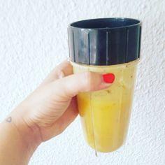 """Jeden Tag kommt K2 nach Hause und will """"Obstsaft"""". Also gibt es jeden Tag #Smoothie. Heute mal aus Mango Banane Aprikose und dazu einem Schuss Wasser. Leider teilt er auch mit Niemandem denn er sagt: """"Das ist meine Süßigkeit allein."""" Nun ja muss ich mir halt heimlich noch einen mixen. #healthyfood #drink #mamablogger_de #germanblogger #blogger_de #elternblog #lebenmitkindern"""