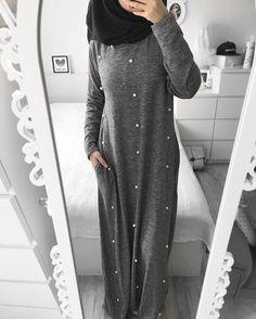 Kümmer dich nicht darum, was andere über dich denken. Es wird immer Menschen geben, die dich scheitern sehen wollen, weil sie selbst nichts erreichen...   Abaya  @jennah_boutique  Hijab  @hiba.kalil