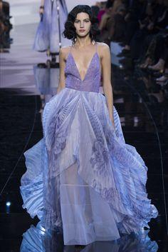 Guarda la sfilata di moda Giorgio Armani Privé a Parigi e scopri la collezione di abiti e accessori per la stagione Alta Moda Primavera Estate 2016.