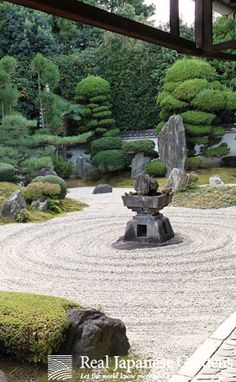 Gravel pattern in the Japanese zen garden of Reiun-in temple (霊雲院) in Kyoto