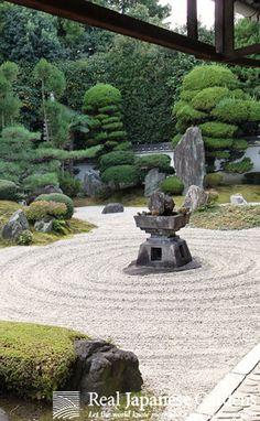 Gravel pattern in the Japanese zen garden of Reiun-in temple (霊雲院) in Kyoto | Real Japanese Gardens | http://www.japanesegardens.jp/explanations/000106.php