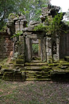 Back Ruin Doorway - Angkor, Cambodia how cool would it be to have this in your back yard. Beautiful Ruins, Beautiful Places, Abandoned Buildings, Abandoned Places, Abandoned Castles, Foto Nature, Temple Ruins, Ancient Ruins, The Ruins