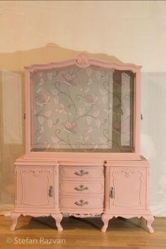 Vitrina antigua en rosa